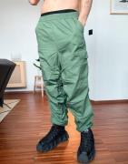 ASOS DESIGN - Tapered bukser med rynker i grøn ribstock