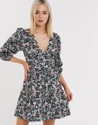 ASOS DESIGN - Bomuld poplin lagdelt mini slå-om kjole i blomsterprint-Multifarvet